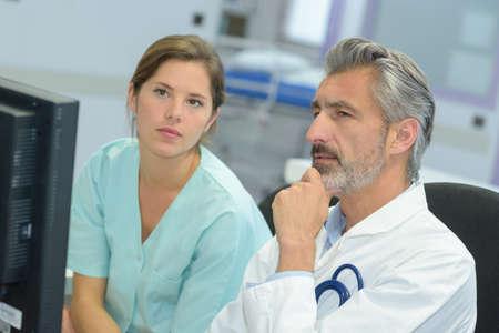 환자의 경우에 대한 예쁜 간호사 얘기 잘 생긴 의사 스톡 콘텐츠 - 80206055