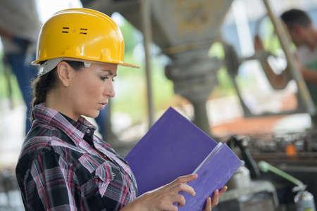 vrouwelijke werknemer opzoeken in magazijn Stockfoto
