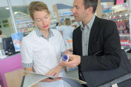 Feliz Farmacéutico útil Para Servir Y Consultar Hombre En Farmacia ...