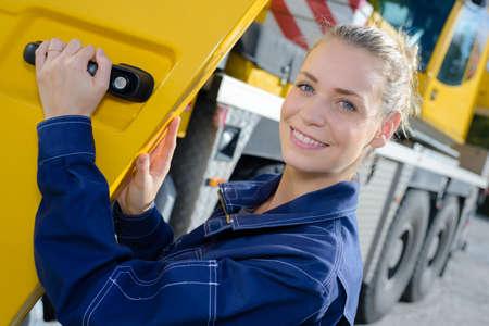 車の中の女性トラック ドライバー