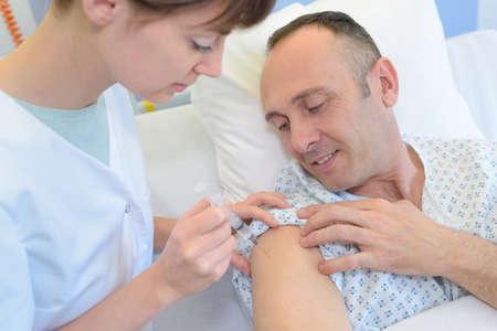 inyeccion intramuscular: Doctor, inyectar, líquido, droga, paciente