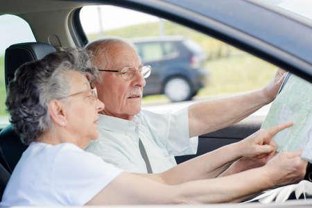 cinturon seguridad: elderly couple in the car Foto de archivo