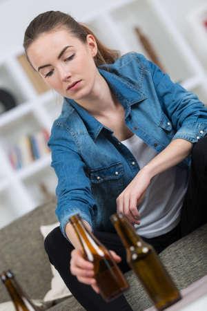 Jeune femme, rangement, après, maison, fête Banque d'images - 81515794