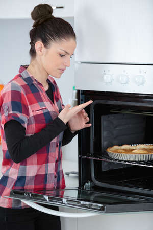 woman burned herself touching the oven