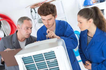 Apprentis électriques Banque d'images - 82504633