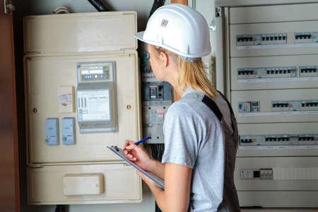 elektricien vrouw die probleem op elektroraad oplost