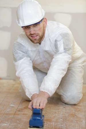 tegelzetter die de vloer voorbereidt Stockfoto