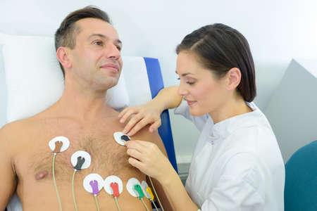 Mann, um ein Elektrokardiogramm durchzuführen Standard-Bild