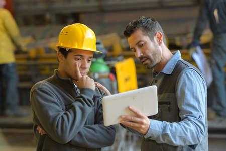 greffier expliquant employé avec tablette Banque d'images