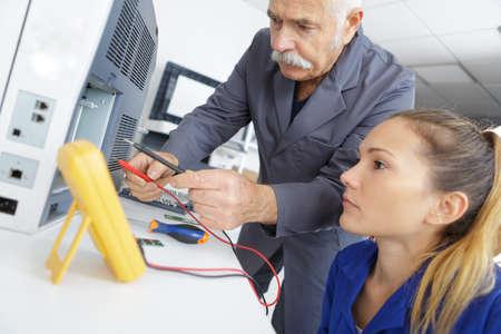 전자식 계측기를 사용하는 여성 도제
