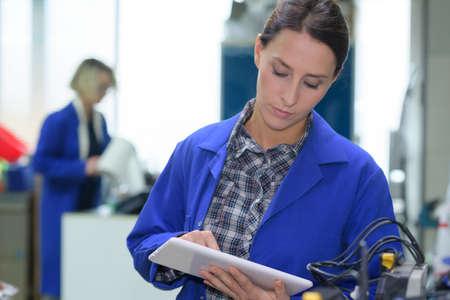 jonge vrouwelijke monteur werknemer