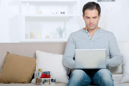 オンライン購入をしている男