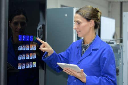Mujer, utilizando, café, vending, máquina Foto de archivo - 85273503