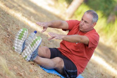 Beau homme senior étirant et réchauffant avant de faire du jogging Banque d'images - 85273543