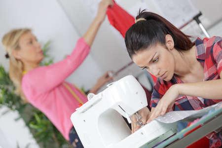 Junge Frauen Nähen In Der Fabrik Lizenzfreie Fotos, Bilder Und Stock ...