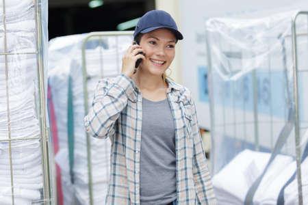 전화로 이야기하는 세탁 노동자