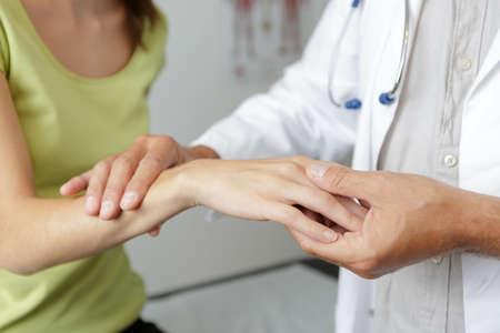 kobiece dłonie pokazujące zespół cieśni nadgarstka