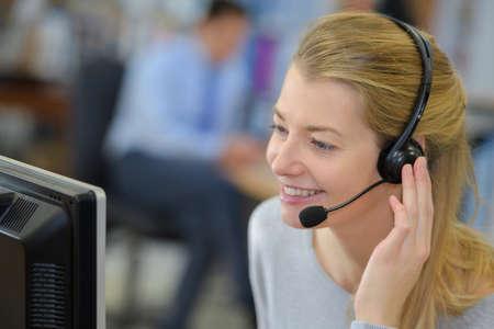 Telemarketer met een gesprek Stockfoto