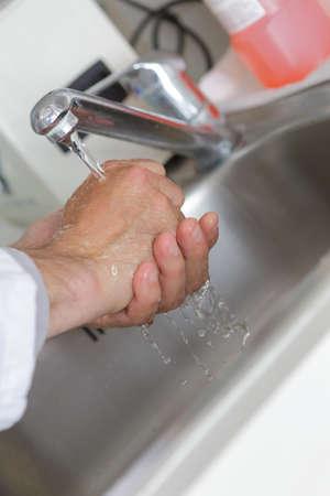 lavamanos: lavabos para lavarse las manos de la mujer