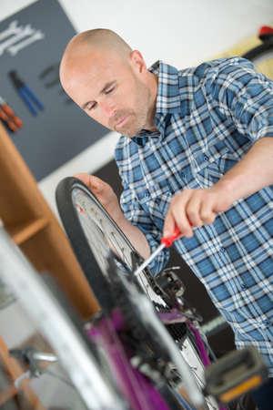 man working in bike workshop Imagens - 85395551
