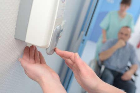 手の洗浄のための壁の自動液体石鹸ディスペンサー 写真素材
