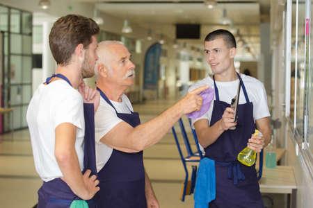 senior schoonmaakster die het werk uitlegt aan jongere collega's