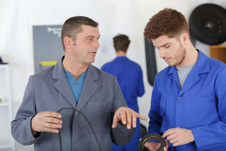 man with apprentices holding bearing Фото со стока - 85610722