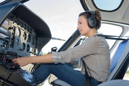 zelfverzekerde piloot met headset in privéhelikopter
