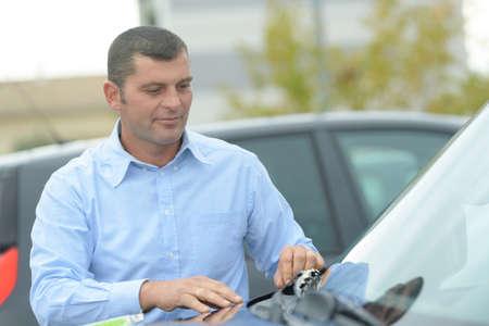 man inspecting a car Archivio Fotografico
