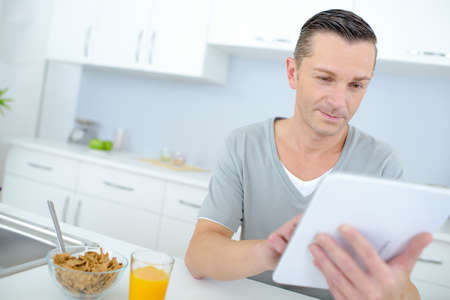 reading the online news during breakfast