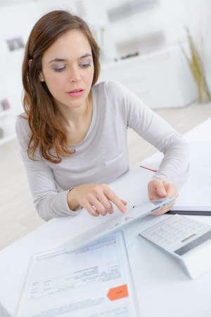 計算をしている若い女性