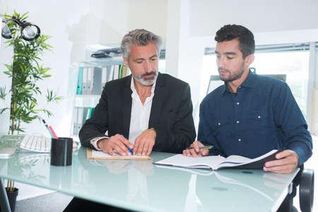 de ondertekening van het contract