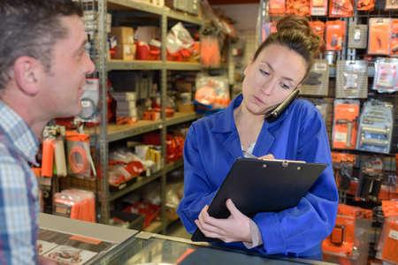 woman receiving order Zdjęcie Seryjne