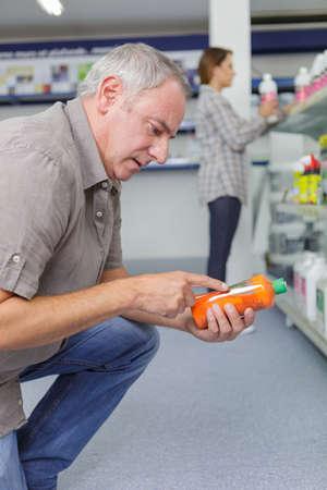alkalmasság: Senior ember, aki a termék címkéjét olvassa