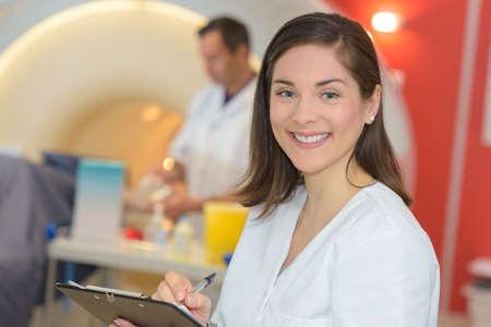 放射線科でメモを取る看護師の肖像 写真素材