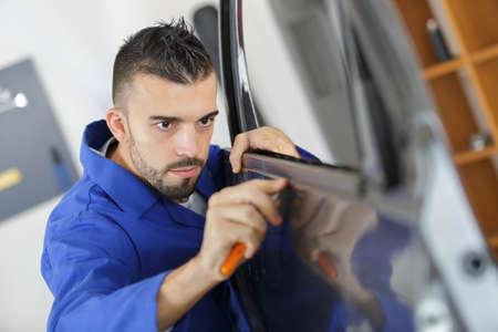 Mechanic fitting car door rubber trim 版權商用圖片