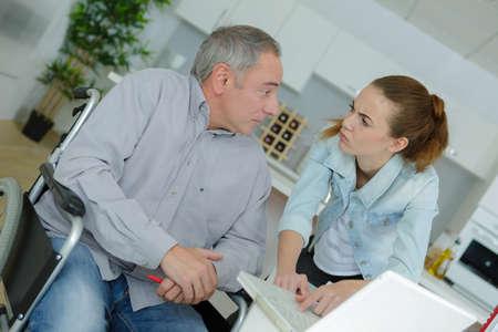 Jonge dame en gehandicapte man praten door laptop