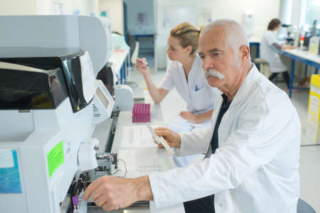 chromatograph: senior male researcher carrying out scientific research in a lab Stock Photo