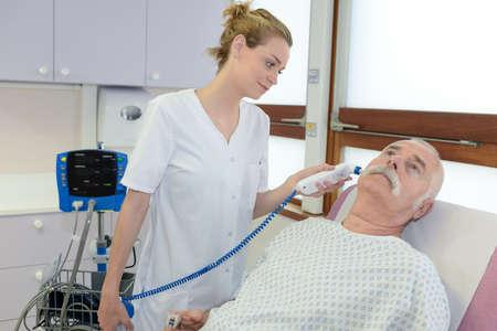 Krankenschwester, die älteren Mann im Krankenhaus rasiert Standard-Bild - 87676096