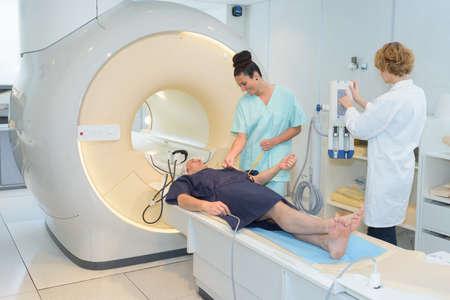 doctora mirando al paciente sometido a exploración ct