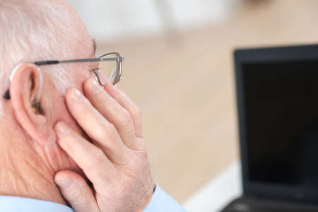 audífono para el anciano