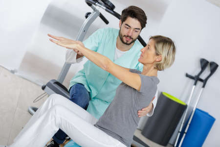 女性患者男性理学療法士