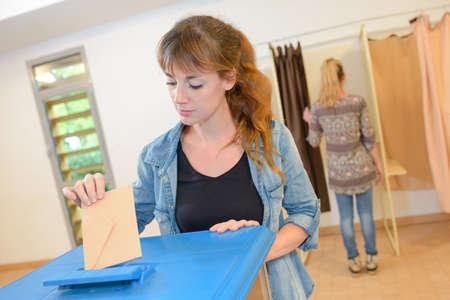 vrouwelijke beslissende stem bij verkiezing met stembriefje bij doos