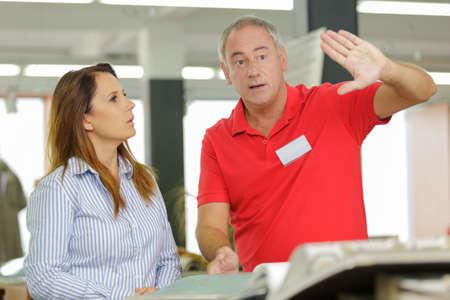 vendedor dando instrucciones a cliente femenino