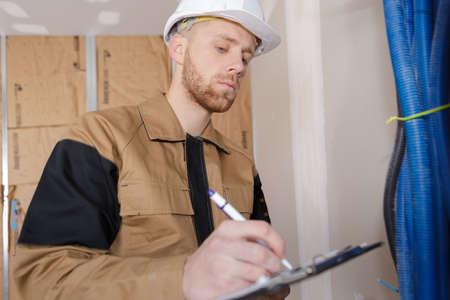 Directeur de la construction inspectant les câblages Banque d'images - 88251309
