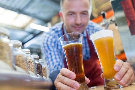 맥주 양조장에서 맥주를 시음하는 양조업자 스톡 콘텐츠