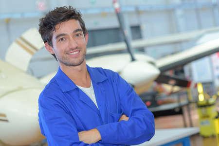 젊은 항공기 조립 직원