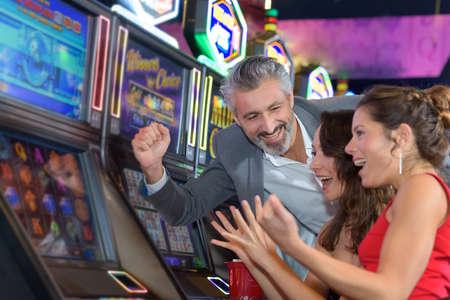 スロット マシンを再生カジノでギャンブルの人々
