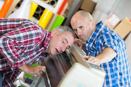 Zwei Mechaniker in einer Werkstatt Standard-Bild - 88476052