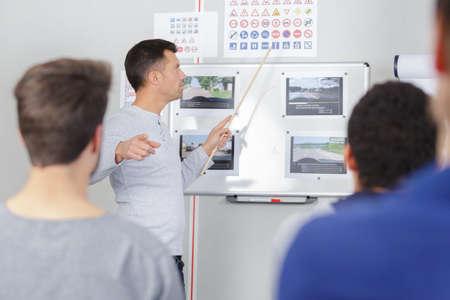 instructeur de conduite dans sa classe enseignant le code de la route aux étudiants